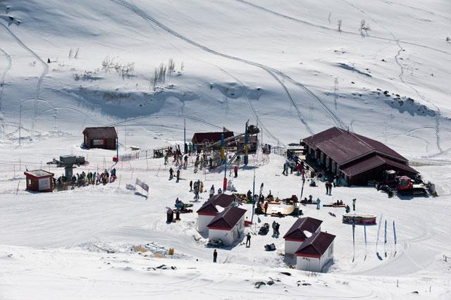 В Кировске на горнолыжном склоне спустили лавину